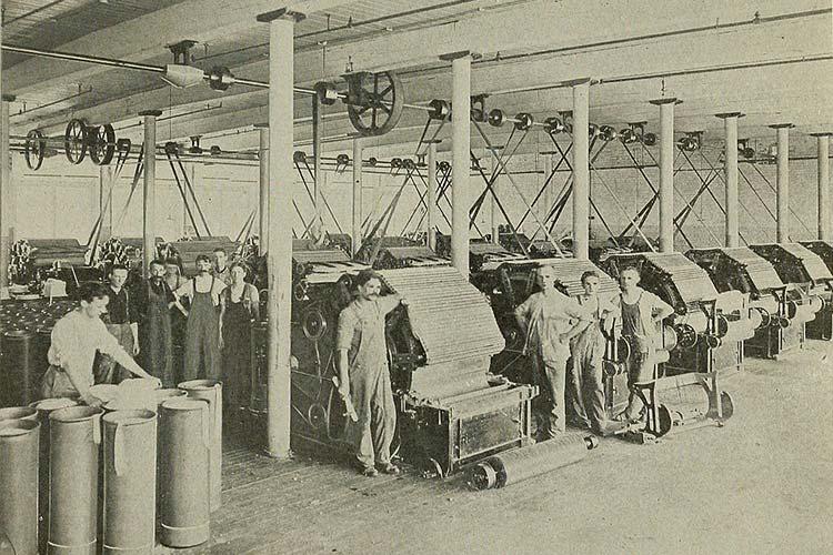تولید پارچه در کارخانههای نساجی در قدیم