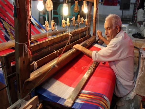 تولید پارچه در ایران به روش سنتی توسط بافنده