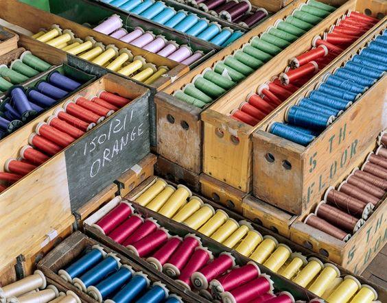 انواع رنگ قرقرههای نخ در جعبه چوبی